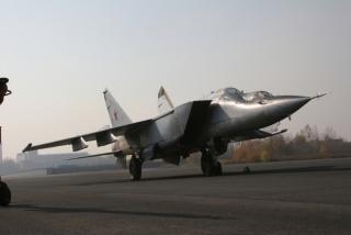 Najszybszy na świecie samolot myśliwski – tutaj dwumiejscowy MiG-25 na lotnisku Zhukovsky.