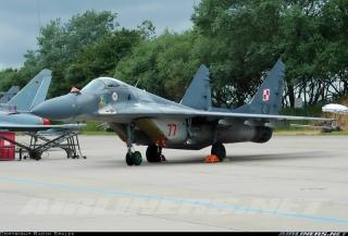 Polskie Siły Powietrzne; MiG-29 nr 77 wraz ze znakiem Witolda Sokoła: 'sokołem' oraz podpisem 'Toyo'